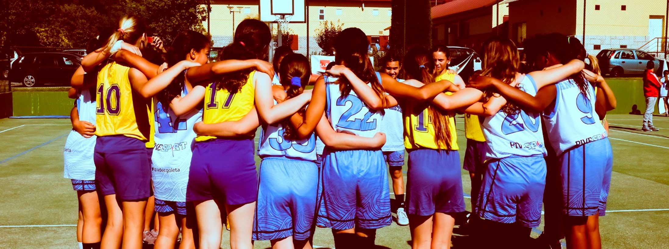 jugadoras de baloncesto abrazadas